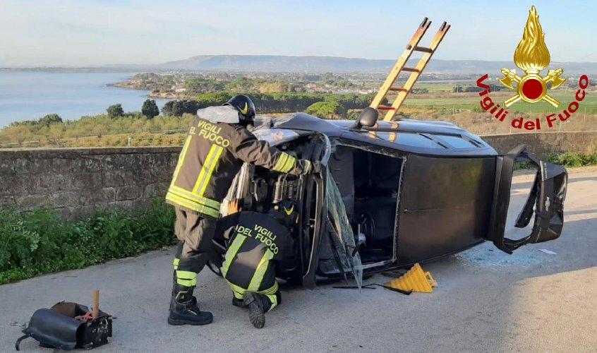 https://www.ragusanews.com//immagini_articoli/07-12-2019/cappotta-un-auto-due-feriti-500.jpg
