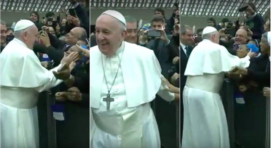 Papa Francesco risponde a una suora che prova a strattonarlo