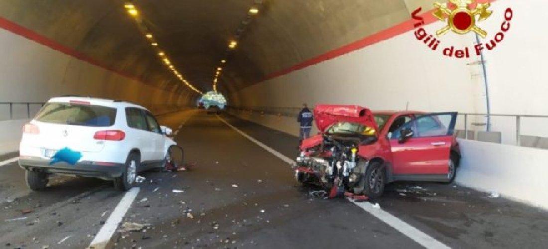 https://www.ragusanews.com//immagini_articoli/08-01-2020/scontro-in-autostrada-auto-contromano-siracusa-catania-500.jpg
