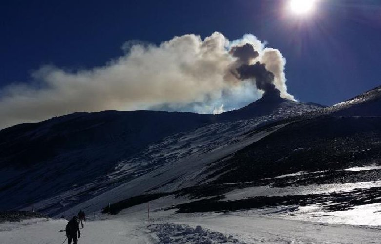 https://www.ragusanews.com//immagini_articoli/08-02-2019/etna-eruzione-cenere-rischio-chiusura-aeroporto-catania-500.jpg
