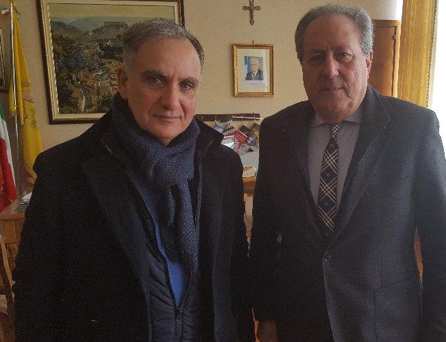 https://www.ragusanews.com//immagini_articoli/08-02-2019/piazza-incontra-presidente-ordine-giornalisti-giulio-francese-500.jpg