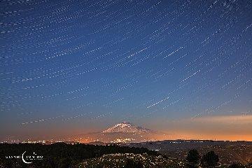 https://www.ragusanews.com//immagini_articoli/08-02-2020/star-trail-etna-240.jpg