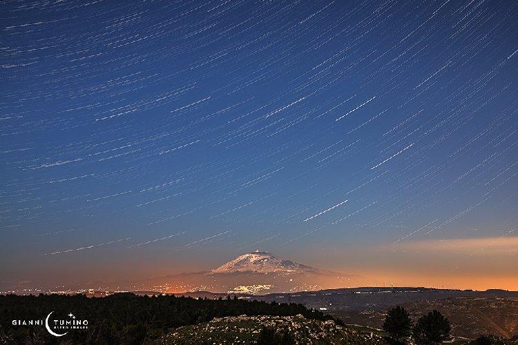 https://www.ragusanews.com//immagini_articoli/08-02-2020/star-trail-etna-500.jpg