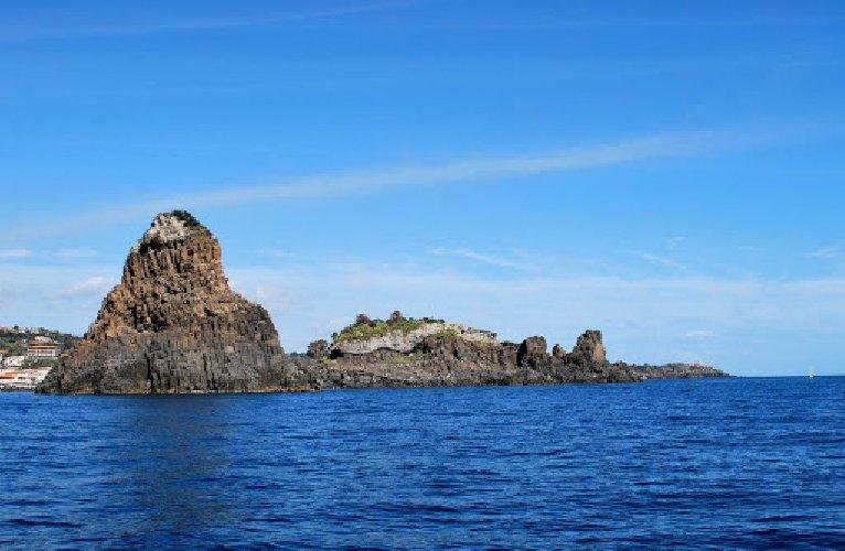 https://www.ragusanews.com//immagini_articoli/08-02-2021/arte-lersquo;isola-lachea-faraglioni-ciclopi-500.jpg