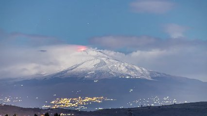 https://www.ragusanews.com//immagini_articoli/08-03-2020/il-timelapse-etna-in-eruzione-video-240.jpg