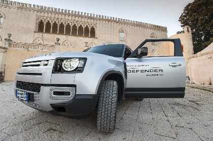 https://www.ragusanews.com//immagini_articoli/08-03-2021/1615210709-land-rover-il-defender-fa-90-9-280.jpg