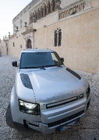 https://www.ragusanews.com//immagini_articoli/08-03-2021/1615210840-land-rover-il-defender-fa-90-10-280.jpg