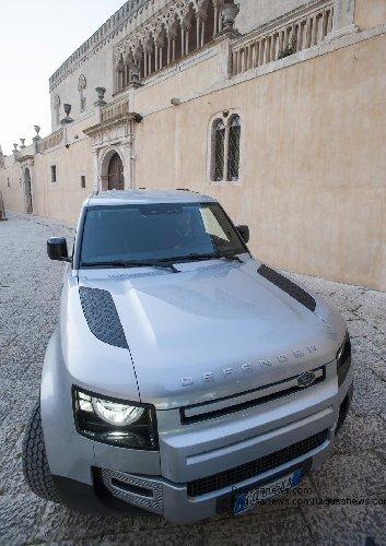 https://www.ragusanews.com//immagini_articoli/08-03-2021/1615210840-land-rover-il-defender-fa-90-10-500.jpg