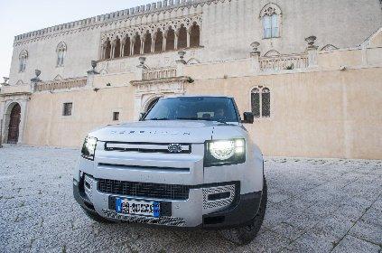 https://www.ragusanews.com//immagini_articoli/08-03-2021/land-rover-il-defender-fa-90-280.jpg