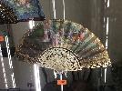 http://www.ragusanews.com//immagini_articoli/08-04-2017/mostra-accessori-epoca-castello-donnafugata-100.jpg