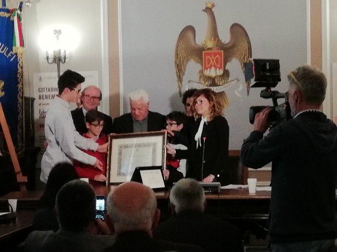 https://www.ragusanews.com//immagini_articoli/08-04-2018/chiaramonte-sebastiano-catania-artigiano-ebanista-cittadino-benemerito-500.jpg