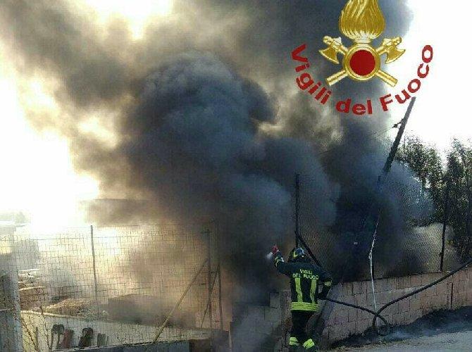 https://www.ragusanews.com//immagini_articoli/08-04-2018/ragusa-fiamme-capannone-foro-boario-500.jpg