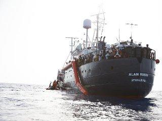 https://www.ragusanews.com//immagini_articoli/08-04-2020/i-migranti-alan-kurdi-non-sbarcano-a-pozzallo-240.jpg