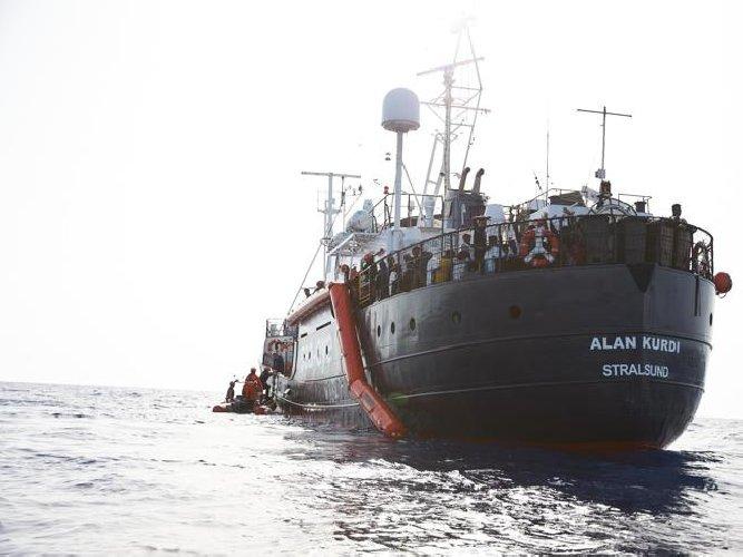 https://www.ragusanews.com//immagini_articoli/08-04-2020/i-migranti-alan-kurdi-non-sbarcano-a-pozzallo-500.jpg