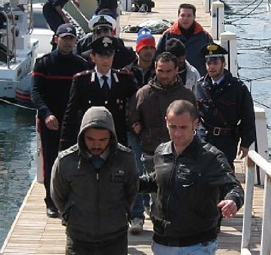 http://www.ragusanews.com//immagini_articoli/08-05-2014/pozzallo-immigrato-morto-perche-picchiato-arrestati-due-scafisti-500.jpg