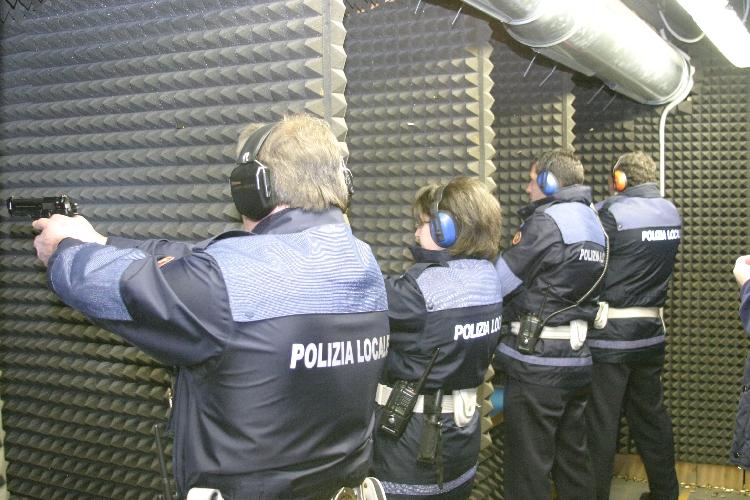 http://www.ragusanews.com//immagini_articoli/08-05-2016/la-polizia-municipale-si-aggiorna-con-le-prove-di-tiro-500.jpg