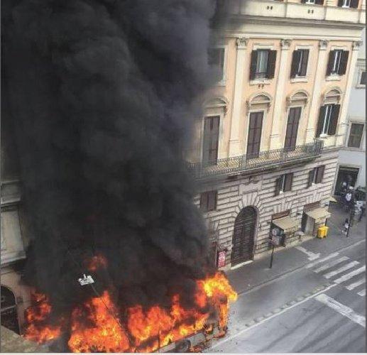 https://www.ragusanews.com//immagini_articoli/08-05-2018/esplode-autobus-roma-panico-presenti-500.jpg