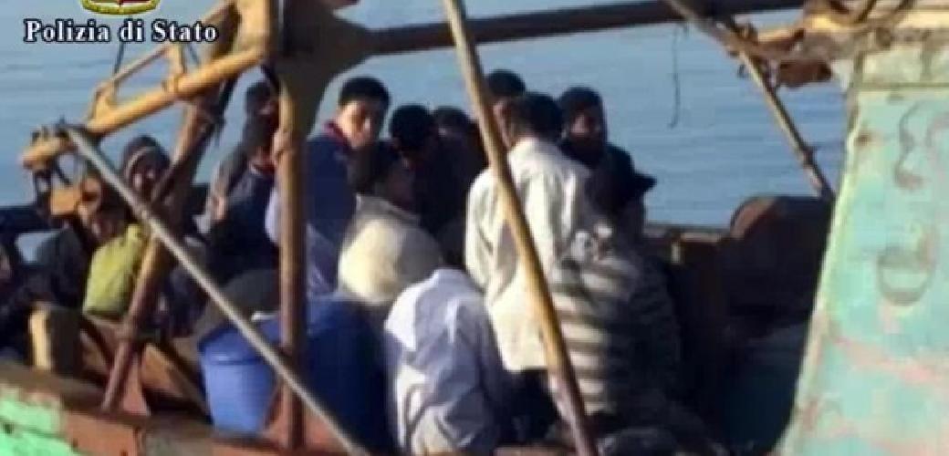 http://www.ragusanews.com//immagini_articoli/08-06-2014/tre-morti-su-un-barcone-di-immigrati-atteso-a-pozzallo-500.jpg