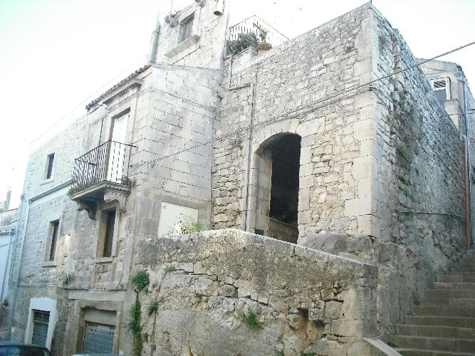 https://www.ragusanews.com//immagini_articoli/08-06-2016/alla-scoperta-del-piccolo-borgo-antico-500.jpg