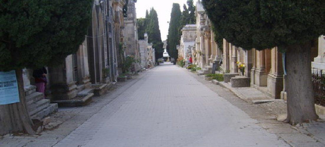 https://www.ragusanews.com//immagini_articoli/08-06-2019/macchine-dentro-il-cimitero-di-modica-il-sindaco-abbate-risponde-500.jpg