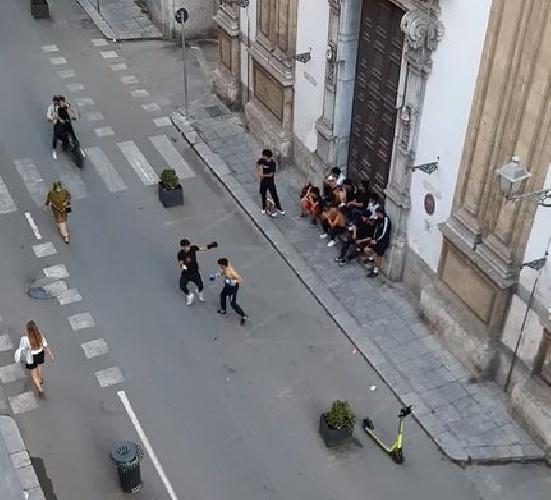 https://www.ragusanews.com//immagini_articoli/08-06-2021/il-ring-e-la-strada-boxe-in-via-maqueda-video-500.jpg