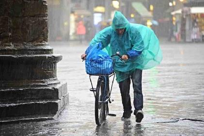 https://www.ragusanews.com//immagini_articoli/08-06-2021/naufragio-a-milano-mezzo-secolo-dopo-piove-ancora-280.jpg