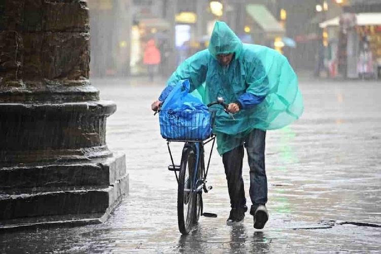 https://www.ragusanews.com//immagini_articoli/08-06-2021/naufragio-a-milano-mezzo-secolo-dopo-piove-ancora-500.jpg