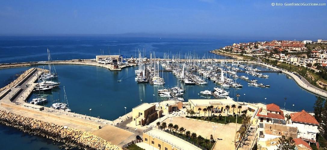 https://www.ragusanews.com//immagini_articoli/08-07-2014/il-porto-di-marina-spegne-5-candeline-500.jpg