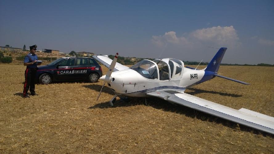 http://www.ragusanews.com//immagini_articoli/08-07-2015/aereo-in-atterraggio-di-emergenza-a-donnalucata-500.jpg