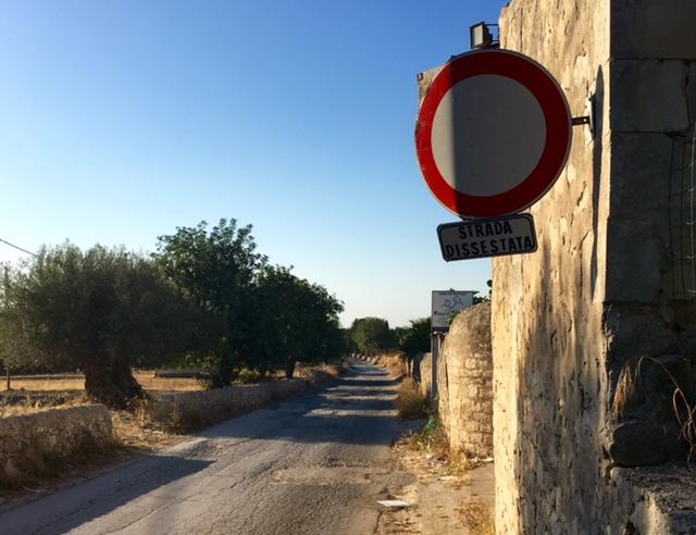 https://www.ragusanews.com//immagini_articoli/08-07-2016/1467975991-1-grazie-ai-commissari-si-rifa-la-strada-del-catteto.jpg