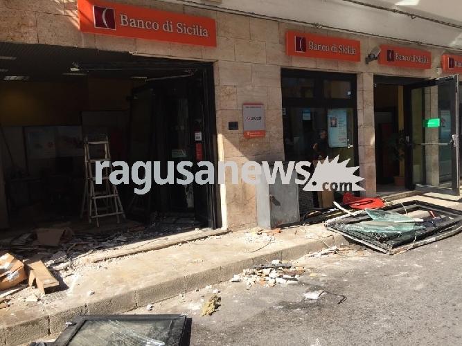 http://www.ragusanews.com//immagini_articoli/08-07-2017/camion-scassano-banca-portano-bancomat-500.jpg