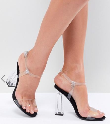 https://www.ragusanews.com//immagini_articoli/08-07-2018/estate-2018-scarpa-femminile-trasparente-piedi-500.png