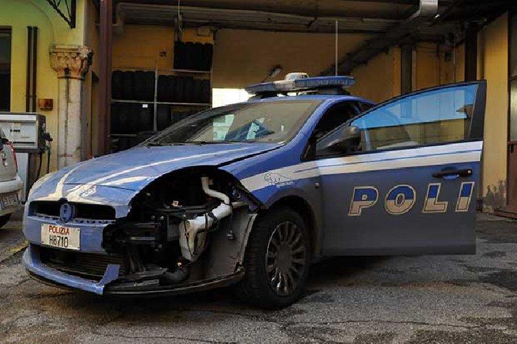 https://www.ragusanews.com//immagini_articoli/08-07-2019/scoglitti-non-si-ferma-allalt-e-sperona-una-volante-arrestato-500.jpg