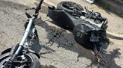 https://www.ragusanews.com//immagini_articoli/08-07-2020/incidente-modica-moto-spezza-240.jpg