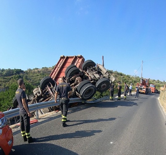 https://www.ragusanews.com//immagini_articoli/08-07-2020/sicilia-autoarticolato-si-ribalta-nella-notte-camionista-miracolato-500.jpg