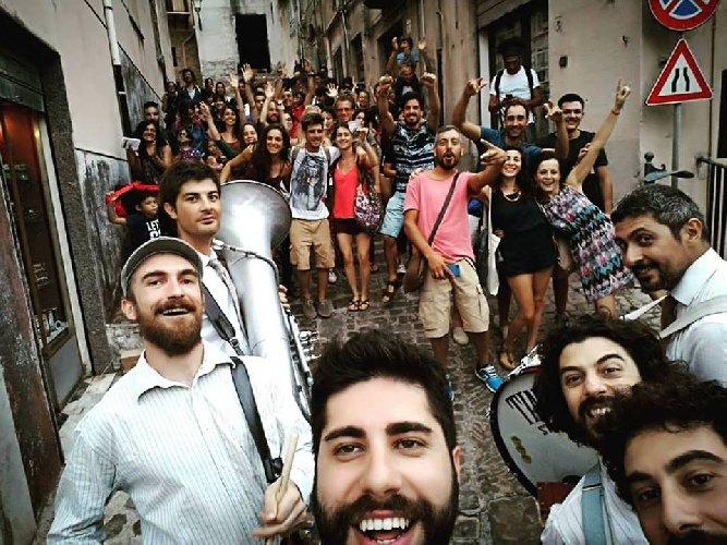 https://www.ragusanews.com//immagini_articoli/08-08-2018/tinto-brass-street-band-vola-austria-video-500.jpg