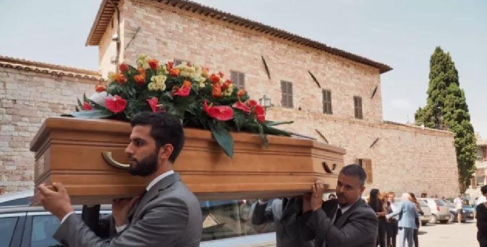 https://www.ragusanews.com//immagini_articoli/08-08-2019/1565254997-i-funerali-di-alberto-sironi-e-le-lacrime-di-luca-zingaretti-1-500.png
