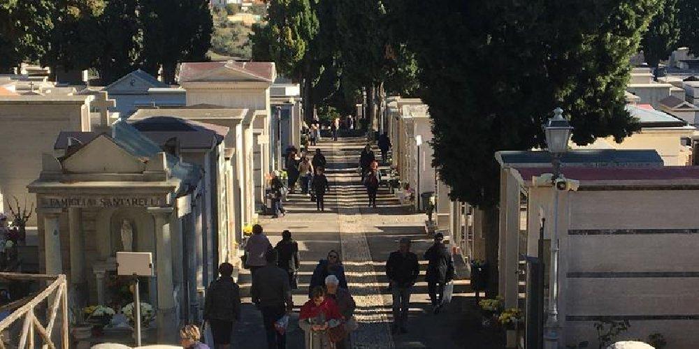 https://www.ragusanews.com//immagini_articoli/08-08-2019/accessi-al-cimitero-ritirati-10-badge-usati-abusivamente-500.jpg