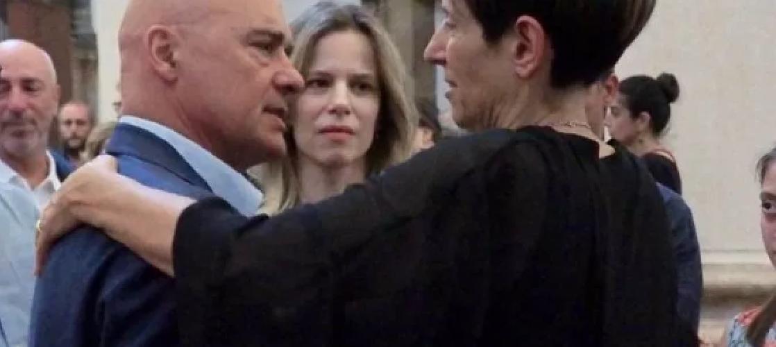 https://www.ragusanews.com//immagini_articoli/08-08-2019/i-funerali-di-alberto-sironi-e-le-lacrime-di-luca-zingaretti-500.png