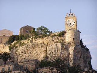 https://www.ragusanews.com//immagini_articoli/08-08-2019/il-castello-di-modica-e-la-sua-cappella-240.jpg