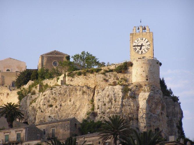 https://www.ragusanews.com//immagini_articoli/08-08-2019/il-castello-di-modica-e-la-sua-cappella-500.jpg