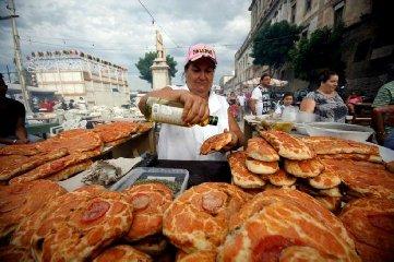 https://www.ragusanews.com//immagini_articoli/08-08-2019/panini-al-mac-kebab-ma-quale-a-noi-ci-piace-il-cibo-di-strada-240.jpg