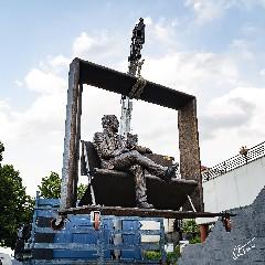 https://www.ragusanews.com//immagini_articoli/08-08-2020/la-statua-di-lucio-dalla-a-milo-240.jpg