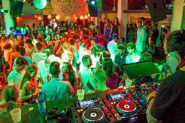 https://www.ragusanews.com//immagini_articoli/08-08-2020/scoglitti-multato-locale-che-metteva-musica-senza-autorizzazione-240.jpg