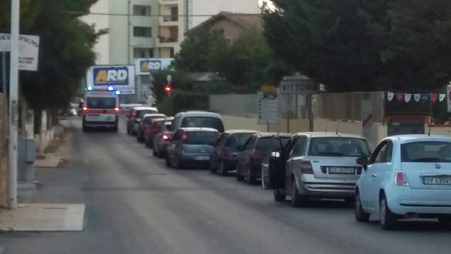 https://www.ragusanews.com//immagini_articoli/08-09-2015/a-vittoria-l-ambulanza-dietro-il-passaggio-a-livello-500.jpg