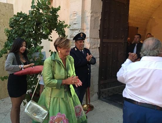 http://www.ragusanews.com//immagini_articoli/08-09-2016/il-vino-e-divino-al-castello-di-donnafugata-420.jpg