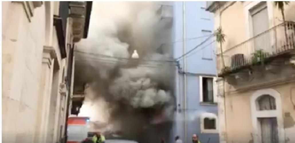http://www.ragusanews.com//immagini_articoli/08-09-2017/pauroso-incendio-casa-centro-storico-ragusa-video-500.png