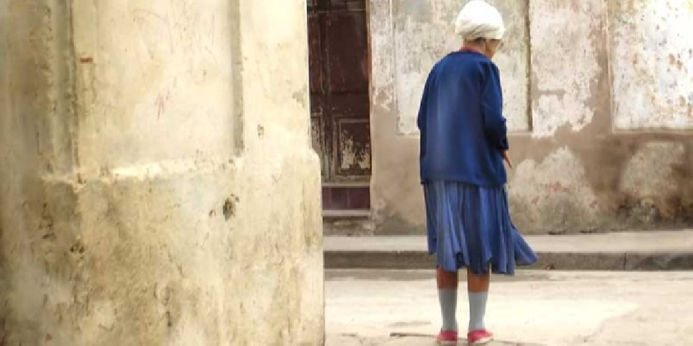 https://www.ragusanews.com//immagini_articoli/08-09-2017/ragusa-anziana-sola-malnutrita-mila-euro-casa-500.jpg