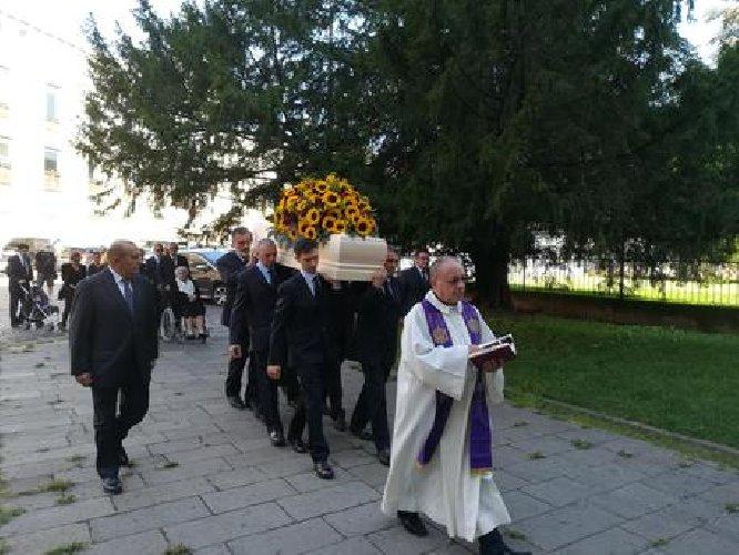 https://www.ragusanews.com//immagini_articoli/08-09-2018/bara-girasoli-mille-funerale-sciclitano-scimone-500.jpg