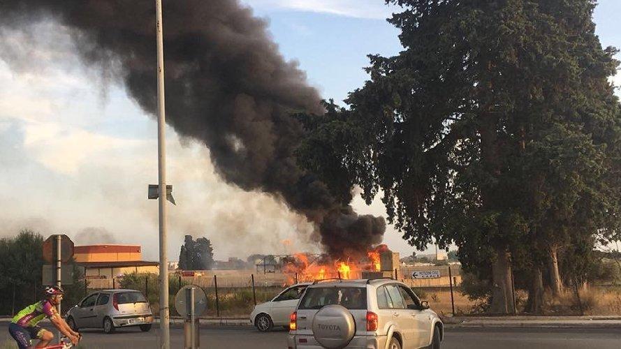 https://www.ragusanews.com//immagini_articoli/08-09-2018/incendio-magazzino-imballaggi-vittoria-500.jpg